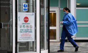 Covid-19: Reino Unido regista 981 mortes num dia e alarga restrições a mais regiões