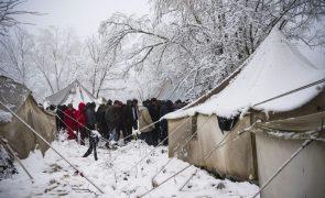 ONU pede a Bósnia que ofereça teto aos 900 migrantes abandonados na neve