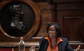 Ministra da Justiça defende ter condições para continuar no cargo e critica