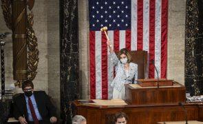 Nancy Pelosi reeleita presidente da Câmara dos Representantes por escassa maioria