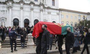 Familiares e amigos despedem-se de Carlos do Carmo num adeus emotivo [fotos]