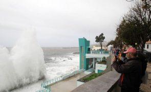 Costa norte e regiões montanhosas da Madeira vão estar sob aviso vermelho devido à chuva
