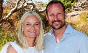 Princesa Mette-Marit da Noruega Sofre queda aparatosa enquanto praticava ski e é hospitalizada