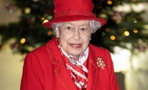 Isabel II De luto - Rainha chora a morte de familiar próximo