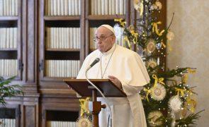Covid-19: Papa anuncia que se vai vacinar e critica oposicionistas da vacina