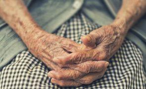 Injeta idosa com falsa vacina para a covid-19 a troco de 300 euros