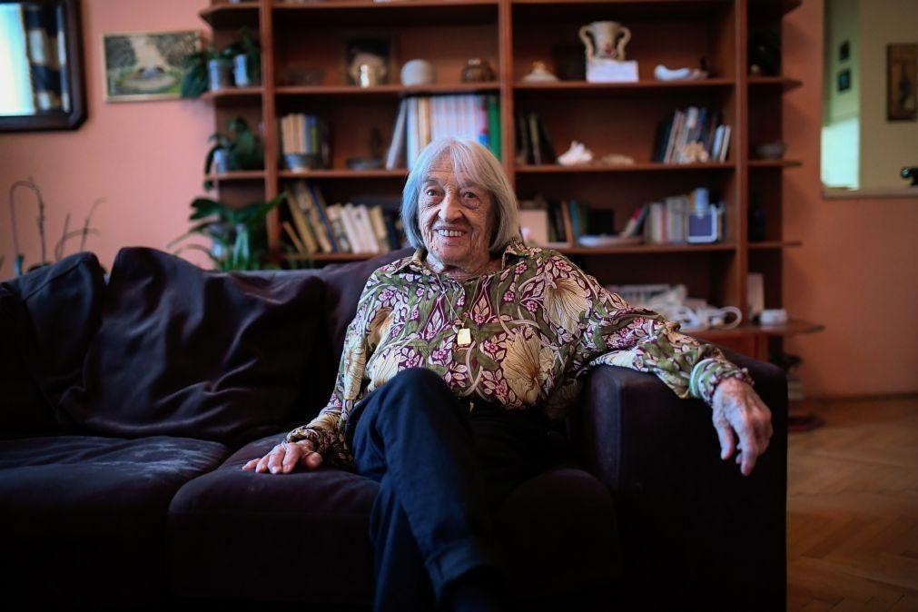 Ginasta Agnes Keleti, mais velha campeã olímpica viva, celebra 100 anos