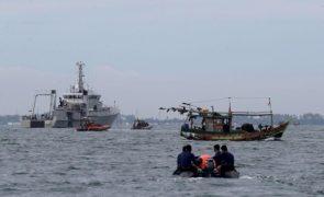 Localizadas caixas negras de avião que caiu ao mar em Jacarta, Indonésia