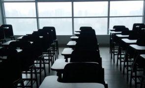 Reino Unido encerra escolas e cancela exames até fevereiro
