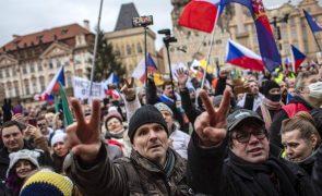 Covid-19: Manifestação contra restrições junta três mil pessoas no centro de Praga
