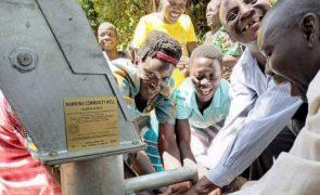 Comunidade carente do Uganda comemora chegada de água potável [vídeo]