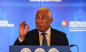 António Costa invoca peritos para manter escolas abertas