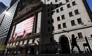 Wall Street começa semana em baixa a fazer uma pausa dos recordes da anterior
