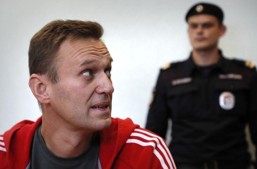 Alexei Navalny ameaçado com prisão efetiva caso regresse à Rússia