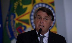 Bolsonaro acusado de boicotar combate à pandemia de covid-19 no Brasil