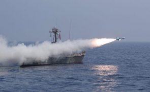 Irão testa mísseis sob aparente vigilância de submarino nuclear norte-americano