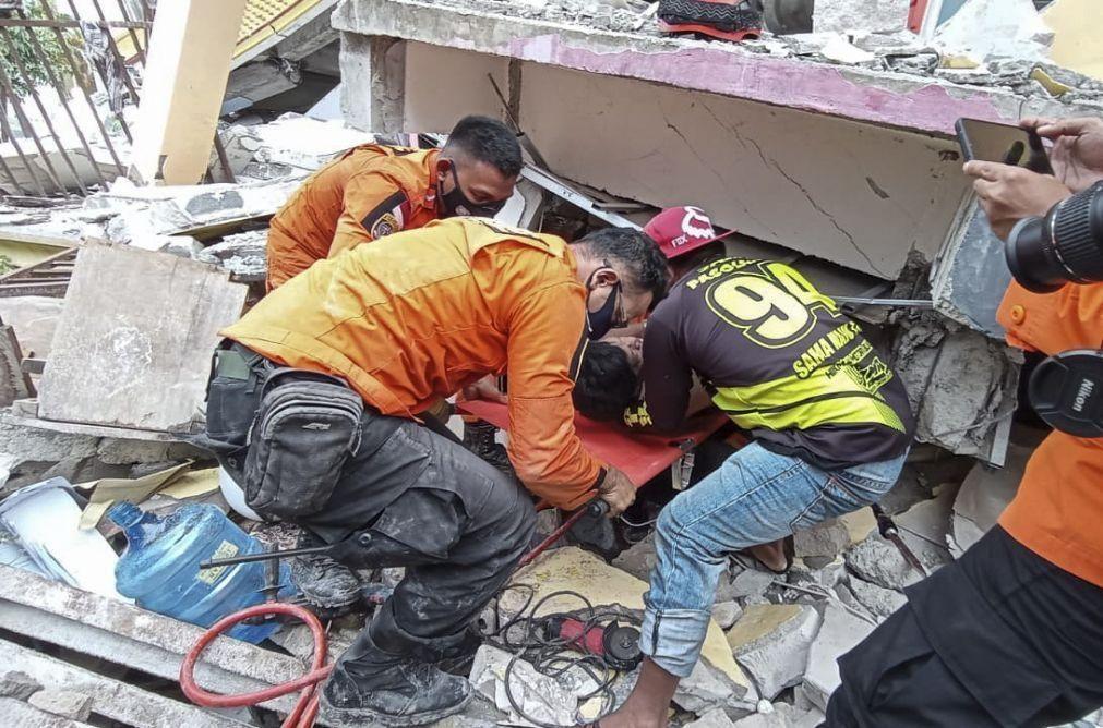 Sobe para 37 número de mortos devido a sismo na Indonésia