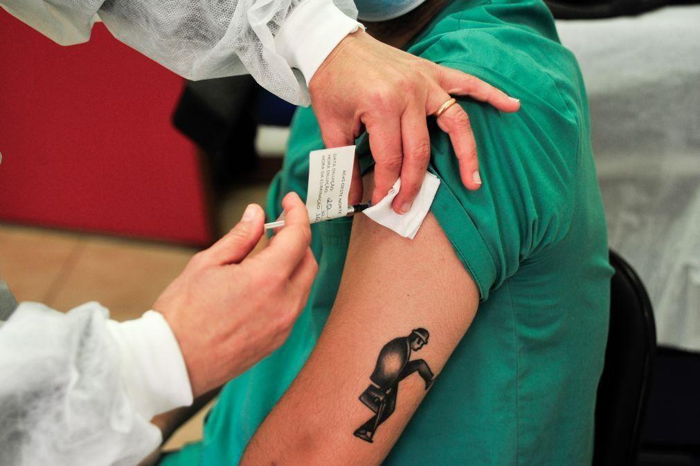 Covid-19: Profissionais de saúde começam domingo a receber segunda dose da vacina