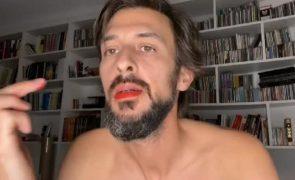 #vermelhoembelem Famosos (homens) pintam lábios de vermelho em protesto contra André Ventura | Vídeos e fotos