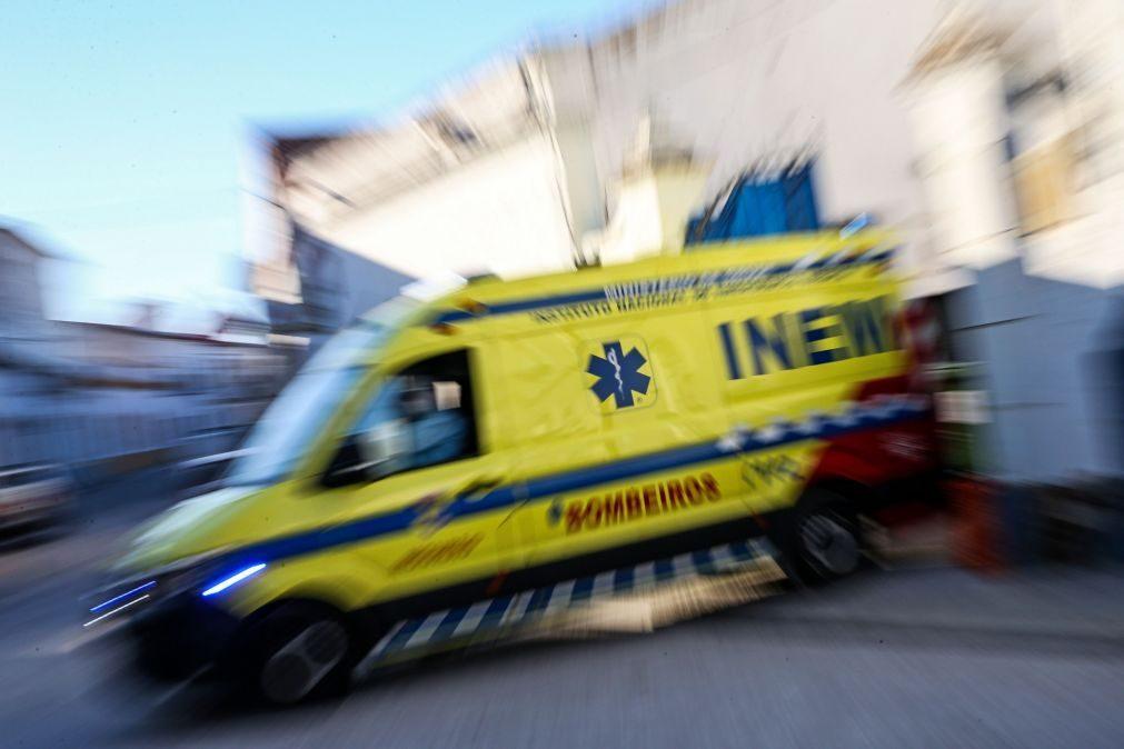 Covid-19: Doentes horas retidos nas macas em ambulâncias e já houve uma morte