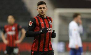 André Silva marca e Jovic 'bisa' na vitória do Eintracht Frankfurt sobre o Schalke 04