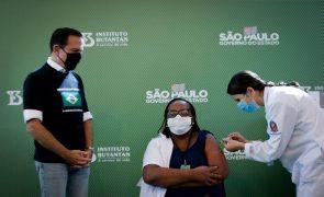 Covid-19: Governo brasileiro antecipa para hoje arranque da vacinação após pressões