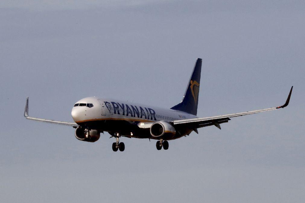 Ex-tripulantes da Ryanair avançam para tribunal para recuperar 100 mil euros por pessoa