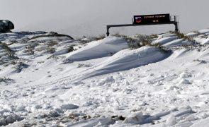 Neve corta estradas na Serra da Estrela