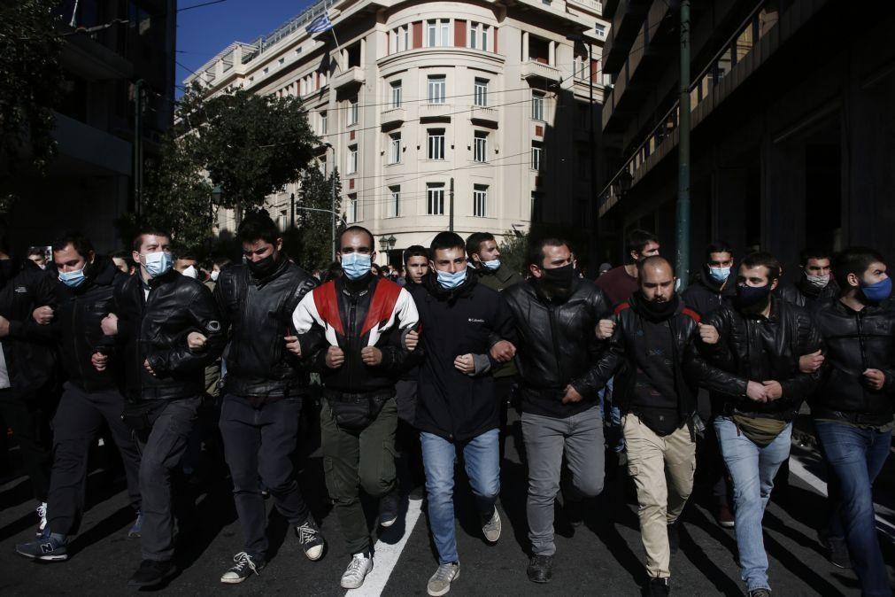 Grécia: Estudantes protestam contra polícia nas universidades e jornalistas criticam restrições