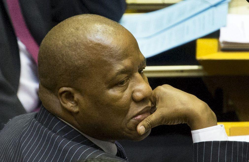 Covid.19: Responsável da comunicação oficial sul-africana sobre vírus morreu infetado