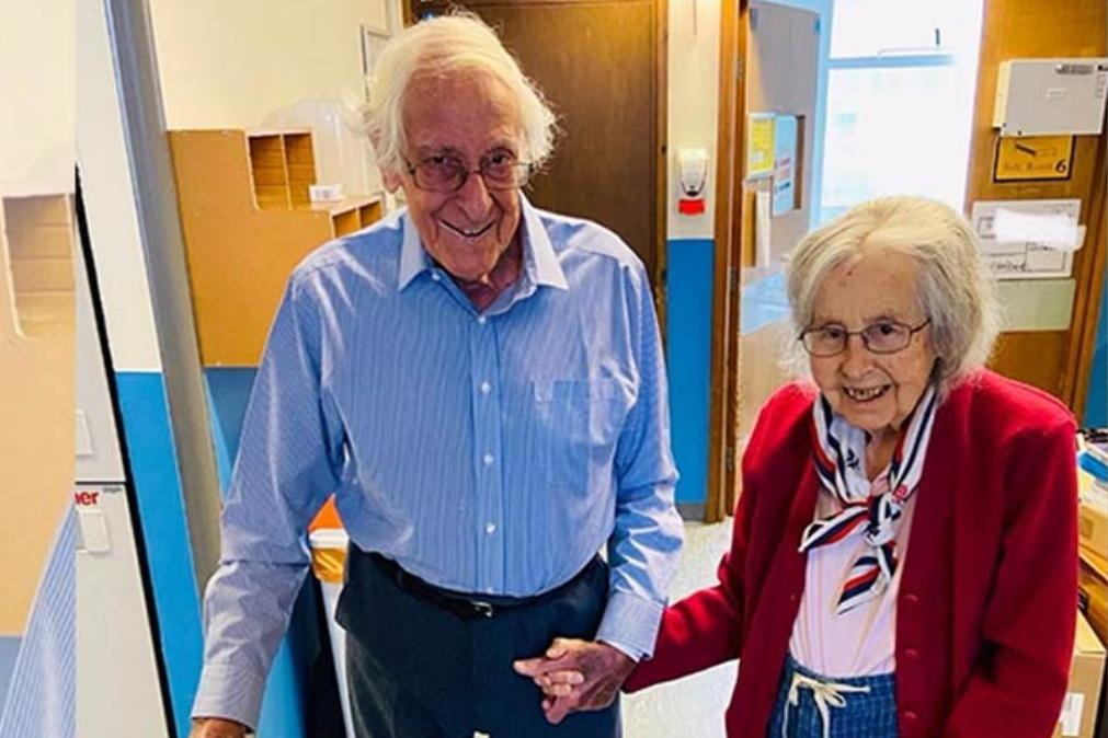 Casal de idosos vence covid-19 e deixa hospital de mãos dadas
