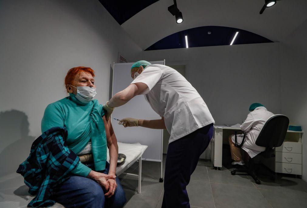 Covid-19: Rússia planeia vacinar 20 milhões de pessoas até final de março