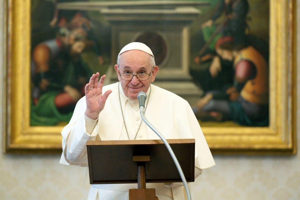 Papa pede jornalismo corajoso e controlo de 'fake news' na Internet