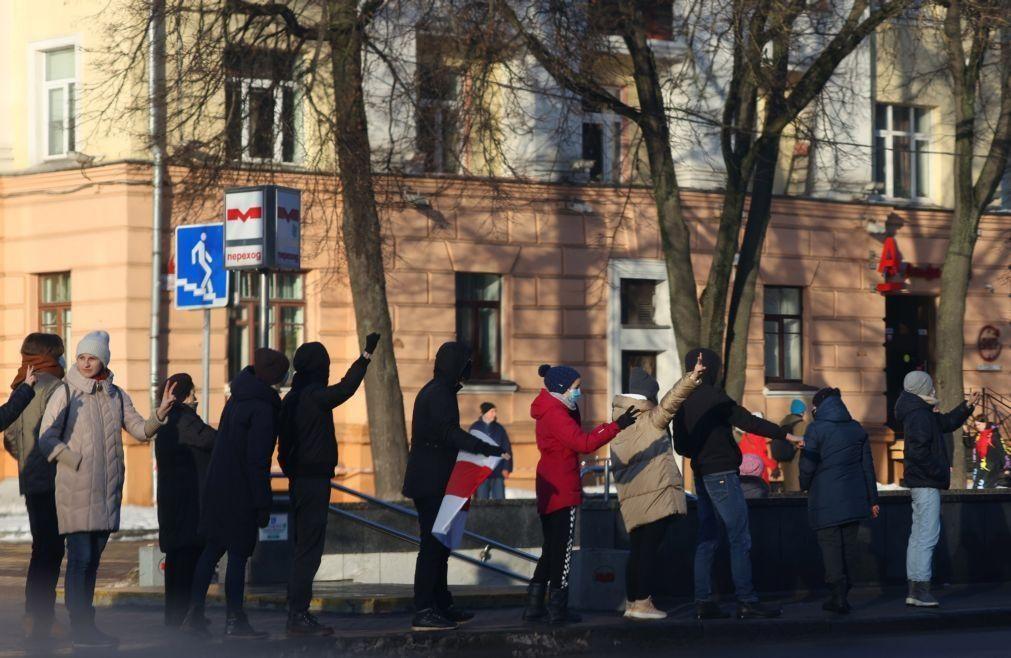 Polícia bielorussa detém 100 pessoas em novos protestos