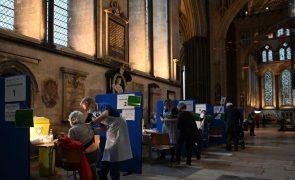 Covid-19: Reino Unido já vacinou quase seis milhões de pessoas