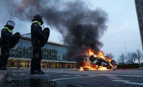 Covid-19: Polícia holandesa dispersa protestos contra recolher obrigatório