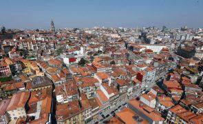 Parte de fachada de prédio ruiu no centro do Porto