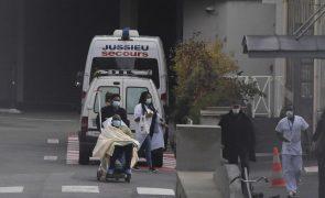 Covid-19: Número de hospitalizações continua a subir em França