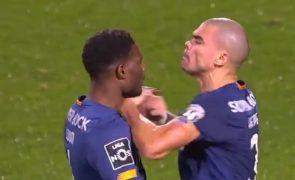 Loum e Pepe agridem-se no final do jogo do FC Porto contra o Farense [vídeo]