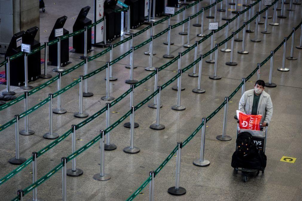 Covid-19: Brasil proíbe entrada de pessoas da África do Sul para conter novas estirpes