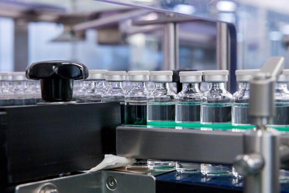 Covid-19: Francesa Sanofi vai enfrascar vacinas das concorrentes Pfizer e BioNTech