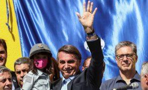 Covid-19: Bolsonaro critica confinamento enquanto a pandemia avança no Brasil