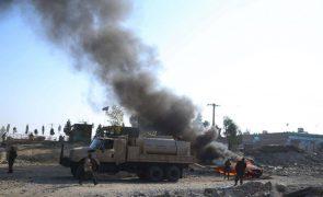 Afeganistão: Pelo menos oito membros das forças de segurança mortos em ataque talibã
