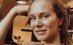 Cláudia Vieira exibe look de marca de luxo em saldos. Saiba quanto custa