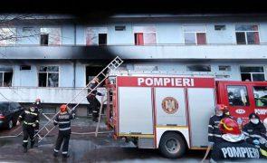 Covid-19: Manifestantes na Roménia exigem demissões após incêndio fatal em hospital