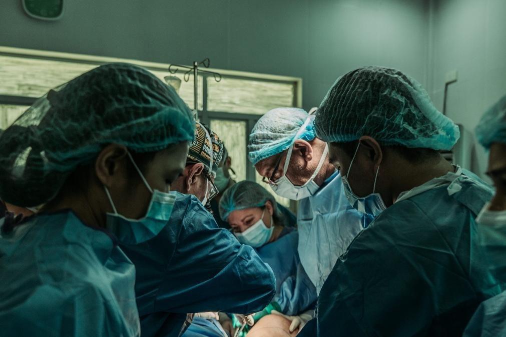Covid-19: Infeções mais do que duplicam mas internamentos baixam 78%
