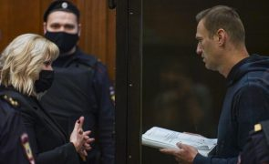 Navalny começa a ser ouvido em tribunal e enfrenta prisão