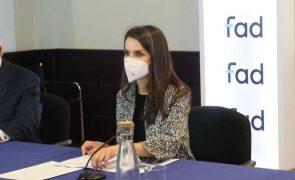 Letizia Exibe cabelos brancos e recicla um dos casacos preferidos da imprensa