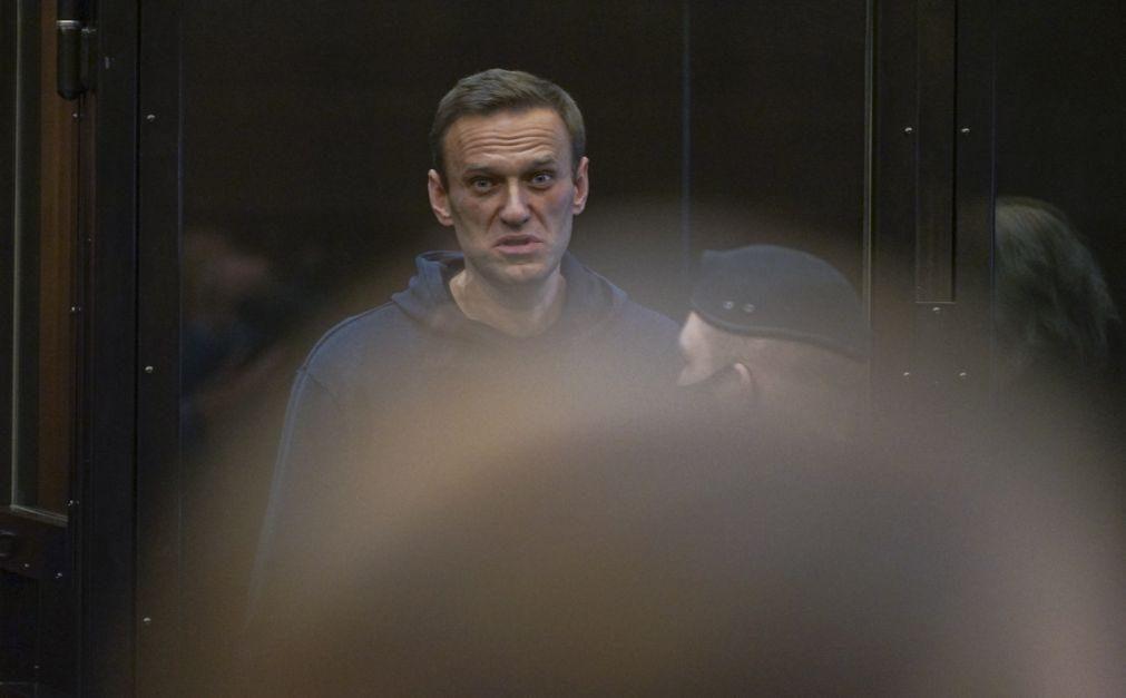 Alexei Navalny condenado a dois anos e meio de prisão