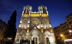 Investigadores procuram pedras para substituírem as danificadas no incêndio de Notre-Dame